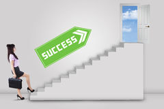 Businesswoman stepping up to success Royalty Free Stock Images
