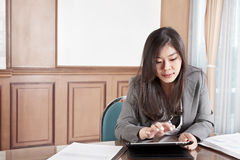 Businesswoman and tablet Royalty Free Stock Photography