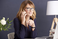 Businesswoman talking on her cellphone Royalty Free Stock Photography