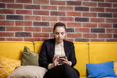 A businesswoman talking on a mobile phone,woman talking on the p Royalty Free Stock Images