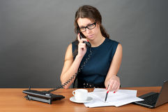 Businesswoman talking phone Royalty Free Stock Photography