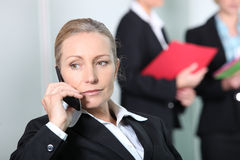 Businesswoman telephoning customer Royalty Free Stock Photography