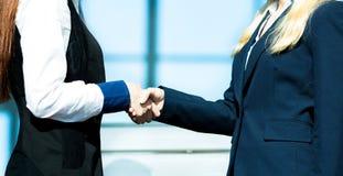 businesswoman uścisnąć ręki Zdjęcia Stock