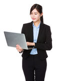 Businesswoman use of the laptop computer Royalty Free Stock Photography