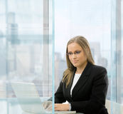 Businesswoman using laptop comouter Royalty Free Stock Photos