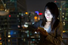 Businesswoman using mobile phone at night Royalty Free Stock Photography