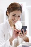 Businesswoman using mobile telephone Royalty Free Stock Image