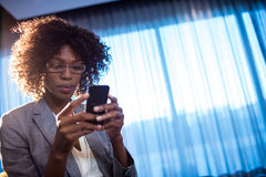 Businesswoman using a phone Royalty Free Stock Photos