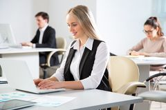 Businesswoman working in an office Royalty Free Stock Photos