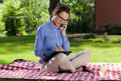 Businesswoman working outdoors Royalty Free Stock Photos