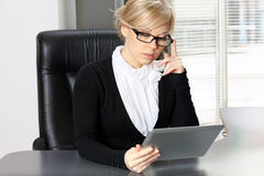 Businesswoman working on the tablet Royalty Free Stock Photography