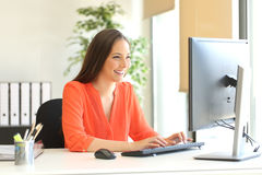 Businesswoman working typing in a desktop computer Royalty Free Stock Photos