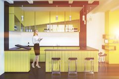 Businesswomanin um interior amarelo do bar Foto de Stock Royalty Free