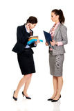 2 businesswomans обсуждая друг с другом Стоковые Фото