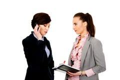2 businesswomans обсуждая друг с другом Стоковое Изображение RF