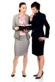 2 businesswomans обсуждая друг с другом Стоковые Изображения RF