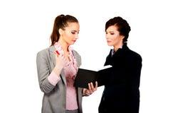 2 businesswomans обсуждая друг с другом Стоковое Изображение