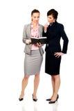 2 businesswomans обсуждая друг с другом Стоковые Фотографии RF