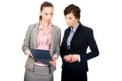 2 businesswomans обсуждая друг с другом Стоковая Фотография RF