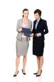 2 businesswomans обсуждая друг с другом Стоковое Фото