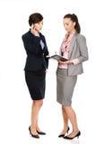 2 businesswomans обсуждая друг с другом Стоковые Изображения
