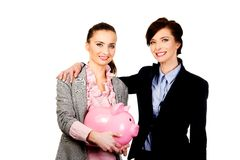 2 businesswomans с копилкой Стоковое Изображение