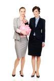 2 businesswomans с копилкой Стоковые Фотографии RF