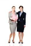 2 businesswomans с копилкой Стоковые Изображения