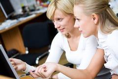 Businesswomans fonctionnants de la verticale deux Image stock