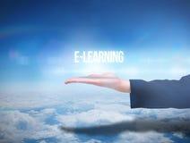 Businesswomans-Hand, die das Lernen des Wortes e darstellt Lizenzfreies Stockbild