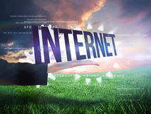 Businesswomans ręka przedstawia słowo internet Fotografia Royalty Free