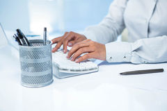 Businesswomans ręki pisać na maszynie na komputerowej klawiaturze Fotografia Royalty Free