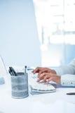 Businesswomans ręki pisać na maszynie na komputerowej klawiaturze Zdjęcia Stock