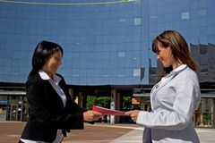 Businesswomen. Downtown holding a file Royalty Free Stock Photography