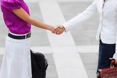 businesswomen hands shaking Στοκ εικόνα με δικαίωμα ελεύθερης χρήσης