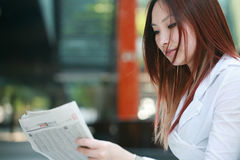 Businesswomen reading newspaer Stock Images