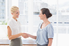 Businesswomen shaking hands Royalty Free Stock Photography
