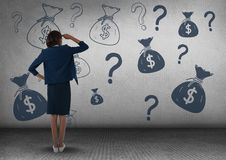 businesswomman delante del dinero en la pared imágenes de archivo libres de regalías