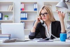 busineswoman被挫败的工作在办公室 免版税库存图片