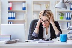 busineswoman被挫败的工作在办公室 库存图片