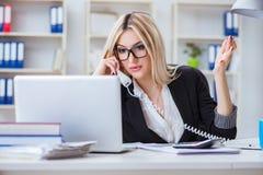 busineswoman被挫败的工作在办公室 库存照片