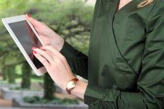 Busineswoman держа и работая с цифровой таблеткой Стоковое фото RF