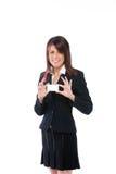 Busineswoman, das eine unbelegte Karte anhält Lizenzfreie Stockfotos