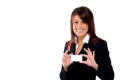 Busineswoman, das eine unbelegte Karte anhält Lizenzfreie Stockfotografie