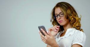 businness妇女的特写镜头画象使用智能手机 影视素材
