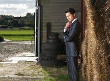 Businnessman, i plattform, poserar på lantgården arkivfoto