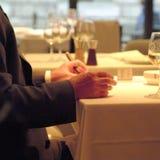 Businnessman op een restaurantlijst stock fotografie