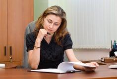 Busionesswoman op een werkplaats Stock Foto's