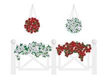 Buskar och blommor i krukor och hänga på staketet Arkivbild