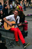 Busker (музыкант улицы) с гитарой Стоковое Фото